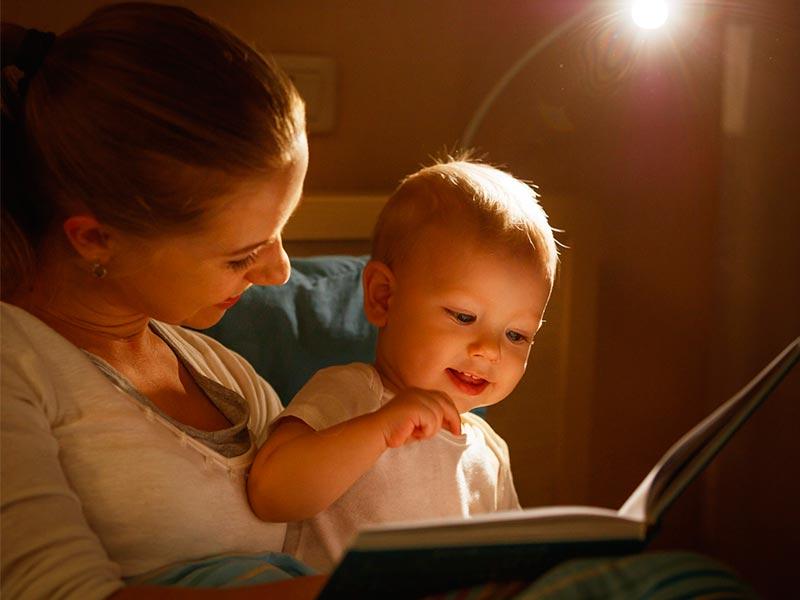 bebe-mama-mirando-libro-estimular-habla