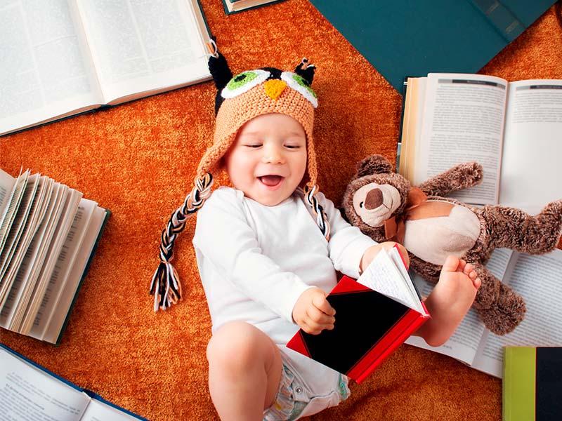 bebe-pequeño-jugando-libros
