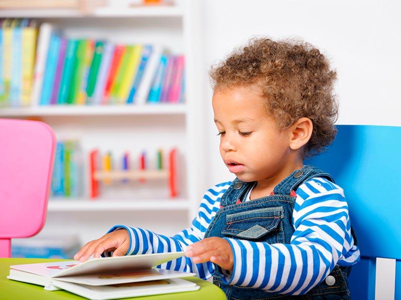 niño-pequeño-leyendo-libro