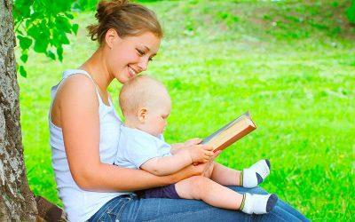 mama-bebe-campo-leyendo