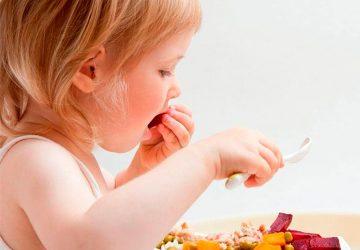 blw-niña-comiendo-sola